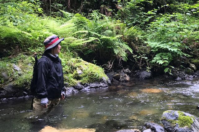 ウェーダーを着用しているので川の中でも濡れる問題がない