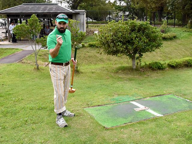 スポーツの森でグラウンドゴルフを楽しむアイザックさん