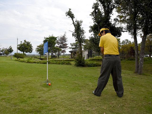 ゴルファーの服装をしたアサイ選手
