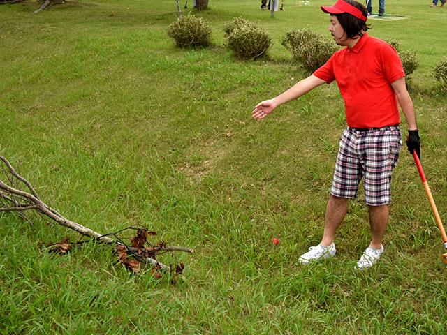 プレー中は木の枝や小石など、邪魔でも動かしてはいけません。(試合前は可能です)
