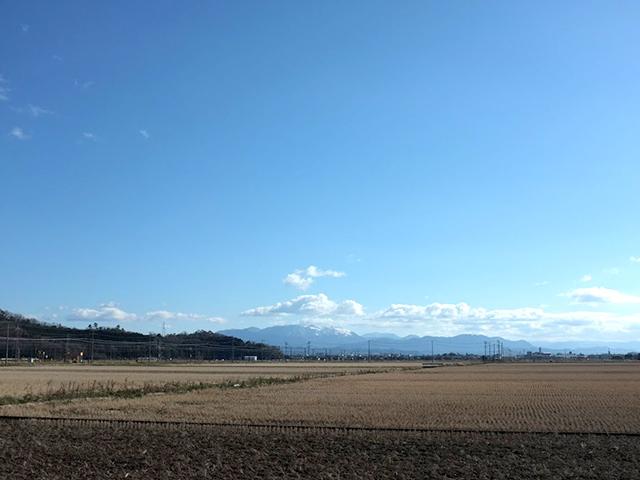 河毛の集落の南側に広大な田んぼがある