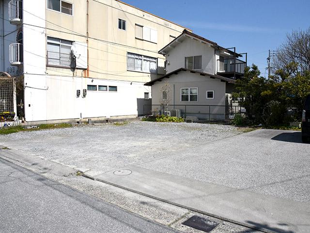 成駒屋さんの駐車場はお店の向かい側にある