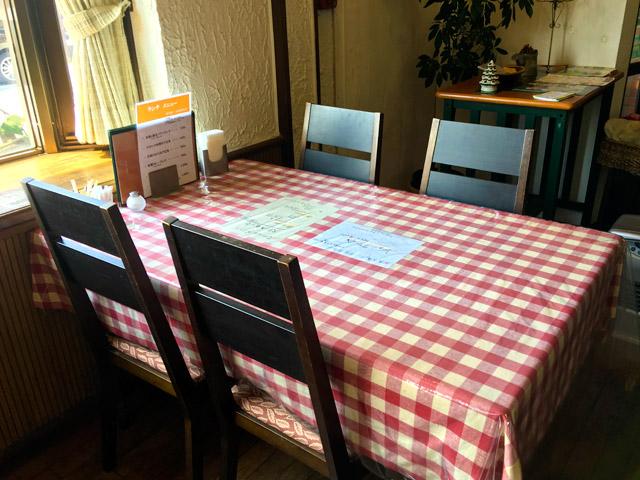 レストランびわのテーブル席