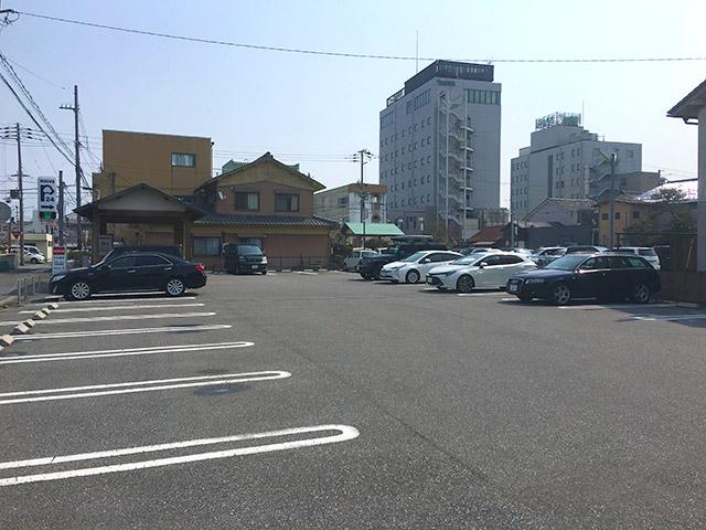 めんそーれの契約駐車場は広々しています。