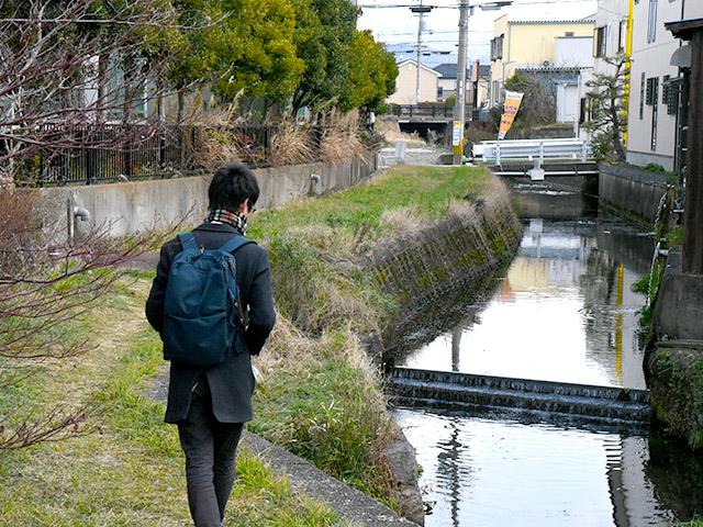 川沿いの道なき道を歩き