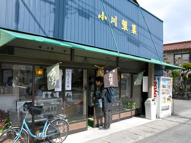長浜市宮司町の小川製菓で買ったいちご大福を頬張る
