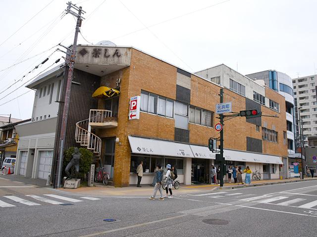 長浜駅前通りの茶しん