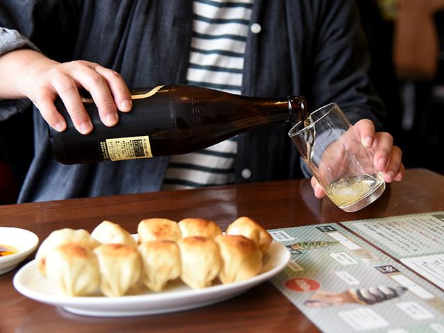 茶しんでホワイト餃子とビールの組み合わせが最高!