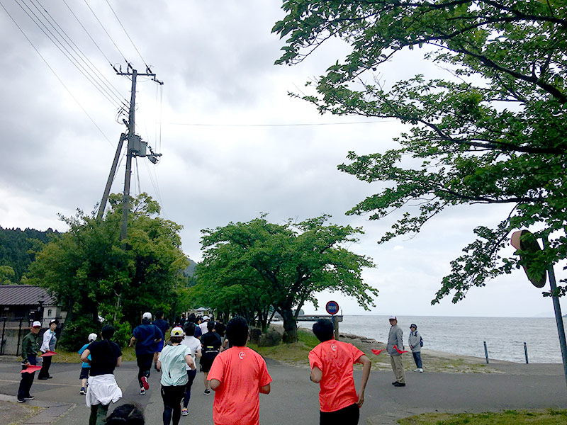 大浦の集落内をマラソンで走る
