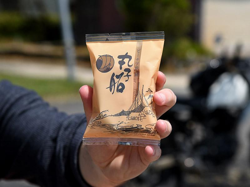 大浦にあるみつとし本舗さんのピーナッツ煎餅丸子船がとても美味しいです。