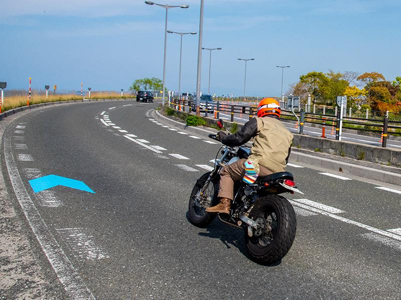 長浜の湖岸道路をバイクで走る