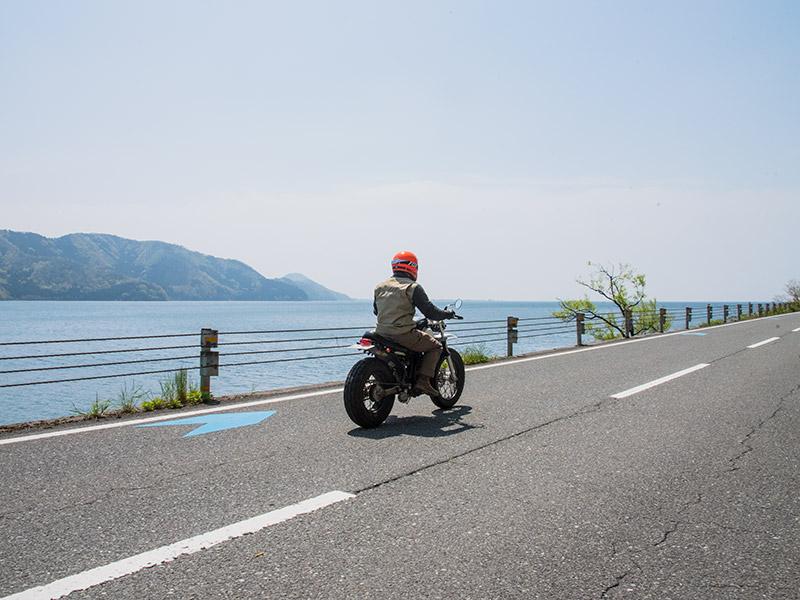 飯浦を左折すると琵琶湖すれすれの道になる