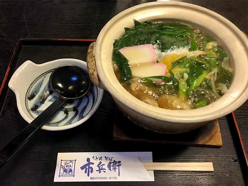 鍋焼きうどん具材は、たまご、菊菜、えのき、タマネギ、ねぎ、ゆず、カマボコ、かしわ、椎茸が入っています。