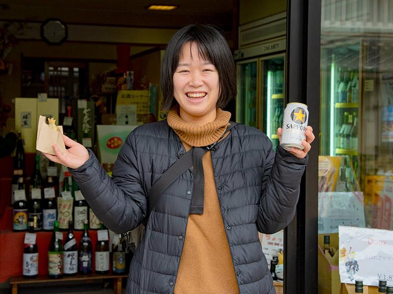 黒壁スクエアの橋川酒店で缶ビール買って魚三の鮎を食べる