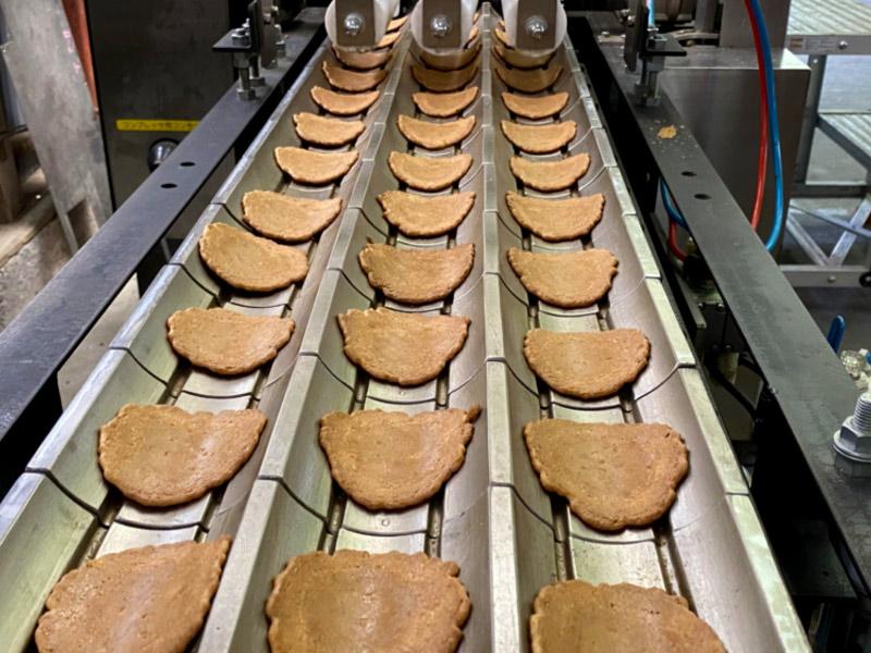 みつとし本舗焼成時間を微調整して焼かれる繊細な煎餅