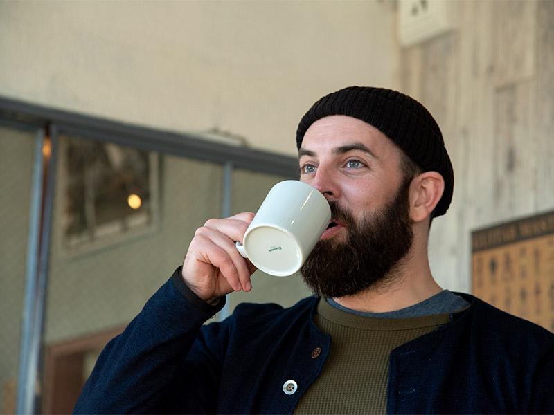 マグカップにたっぷり入ったコーヒー