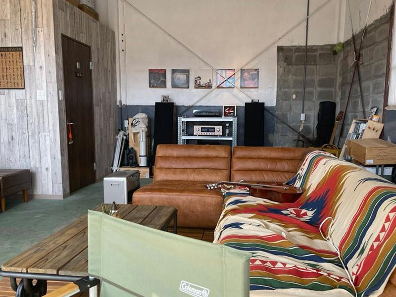 プカプカのガレージは、音楽を楽しみながらソファでくつろげます。